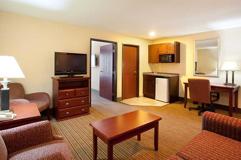 https://hibourbonnais.com/wp-content/uploads/2016/09/two-double-beds-two-room-suite-Holiday-Inn-Express-Suites-Bourbonnais.jpg