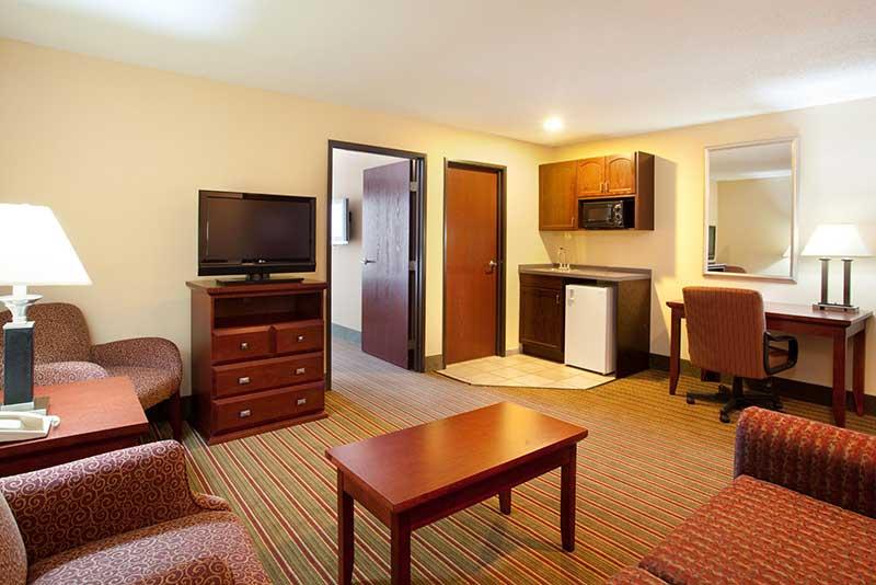 https://hibourbonnais.com/wp-content/uploads/2016/09/two-double-beds-two-room-suite-Holiday-Inn-Express-Suites-Bourbonnais.jpg