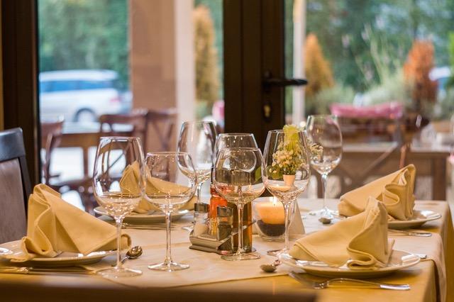https://hibourbonnais.com/wp-content/uploads/2017/04/restaurant-table.jpeg