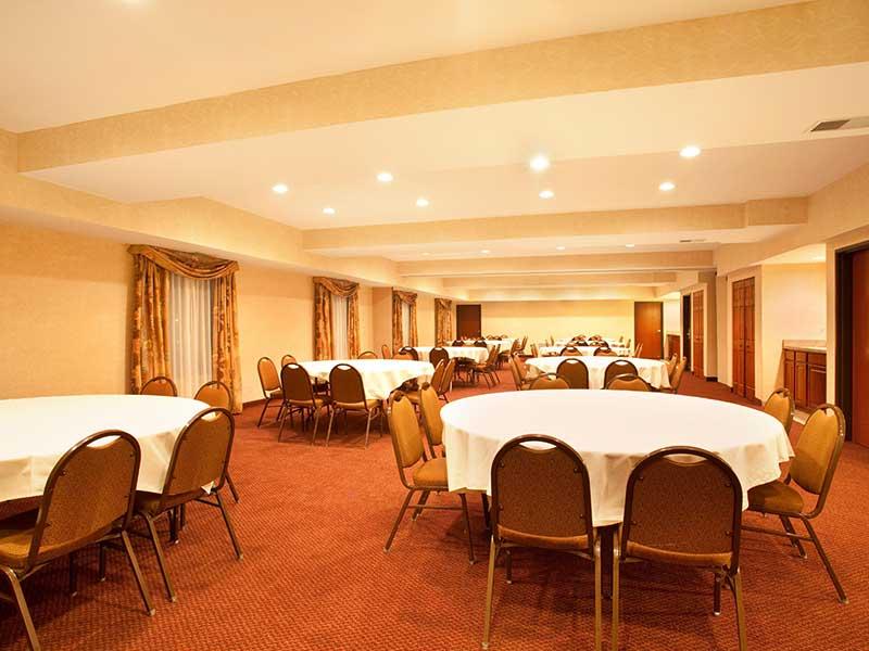 https://hibourbonnais.com/wp-content/uploads/2017/09/meeting-room-A-Holiday-Inn-Express-Suites-Bourbonnais.jpg
