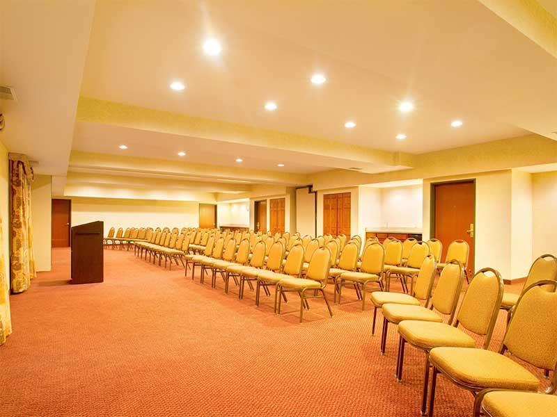 https://hibourbonnais.com/wp-content/uploads/2017/09/meeting-room-B-Holiday-Inn-Express-Suites-Bourbonnais.jpg