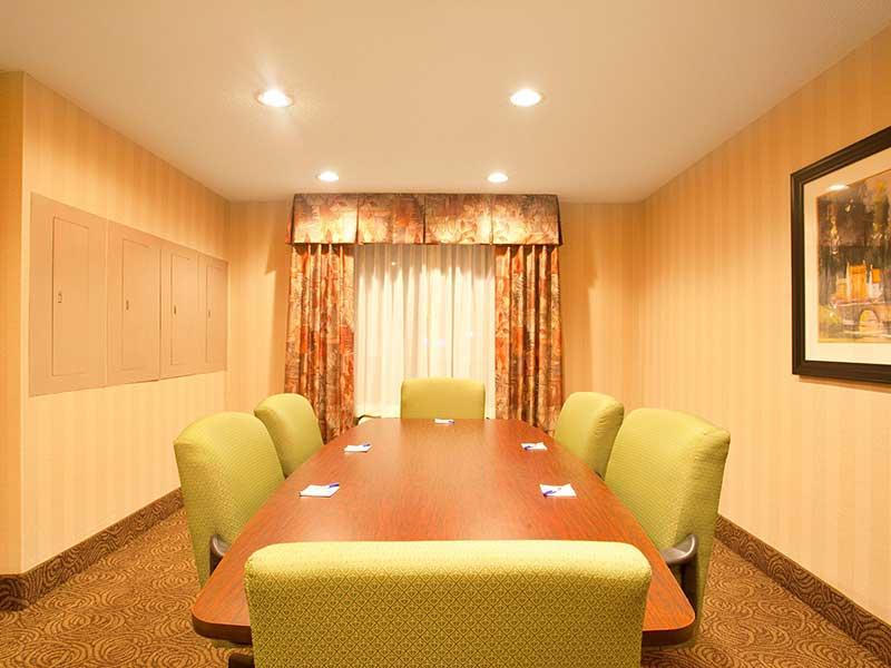 https://hibourbonnais.com/wp-content/uploads/2017/09/meeting-room-C-Holiday-Inn-Express-Suites-Bourbonnais.jpg