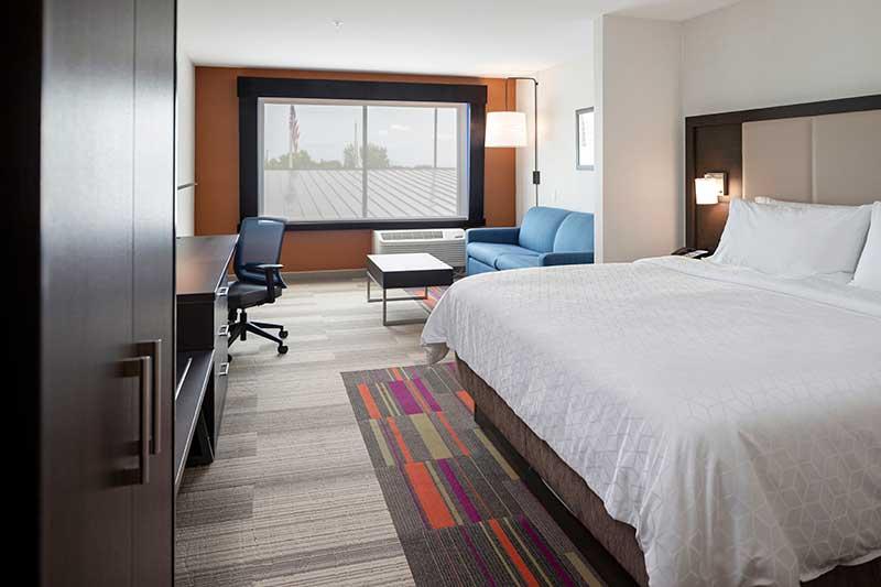 https://hibourbonnais.com/wp-content/uploads/2020/07/King-Suite-Holiday-Inn-Express-and-Suites-Bourbonnais.jpg